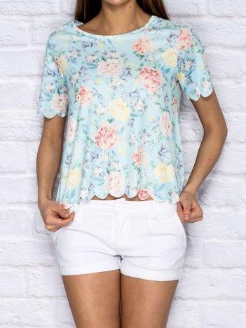 Niebieski t-shirt z delikatnym kwiatowym motywem