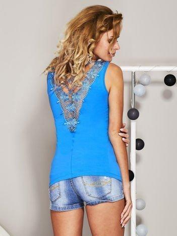 Niebieski top z koronkową wstawką na plecach