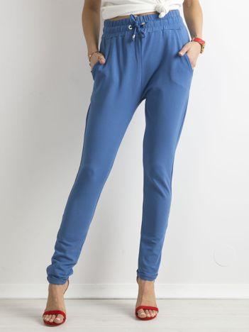 Niebieskie bawełniane spodnie dresowe z troczkami