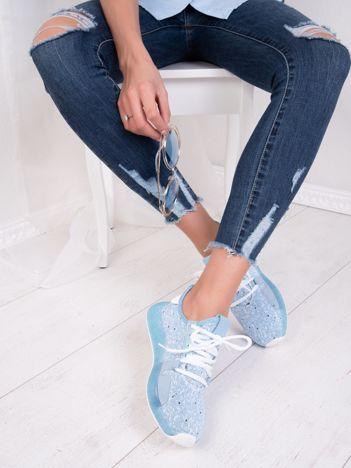 Niebieskie dzianinowe buty sportowe z białą nitką