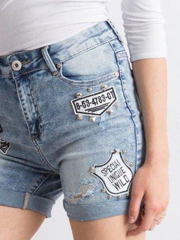 Niebieskie jeansowe szorty z naszywkami