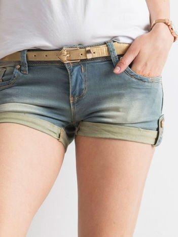 Niebieskie jeansowe szorty z paskiem