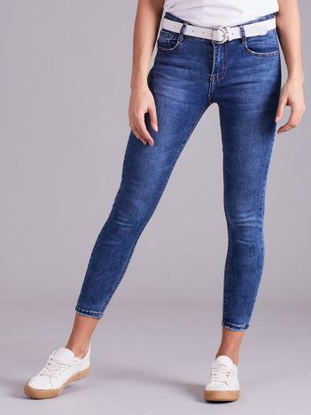 Niebieskie jeansy damskie z paskiem