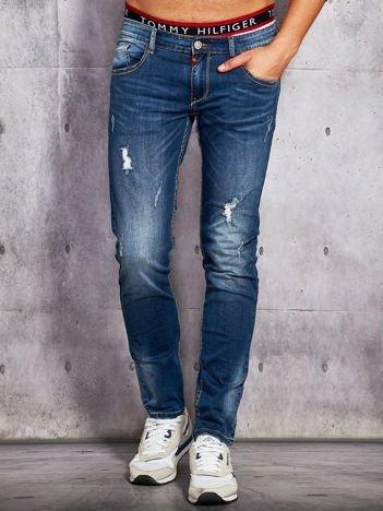 Niebieskie jeansy męskie z przetarciami