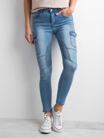 Niebieskie jeansy z kieszeniami