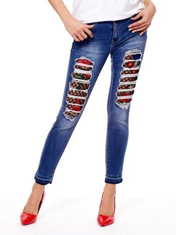 Niebieskie jeansy z kwiatowymi wstawkami
