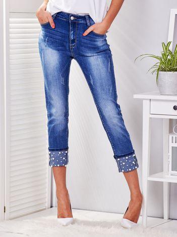 Niebieskie jeansy z podwijaną nogawką i perełkami PLUS SIZE