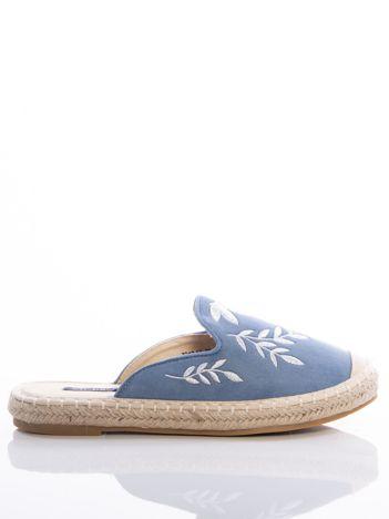 b65fc0042c3109 Niebieskie klapki z ecozamszu w haftowane wzory w kształcie roślin na  przodzie cholewki