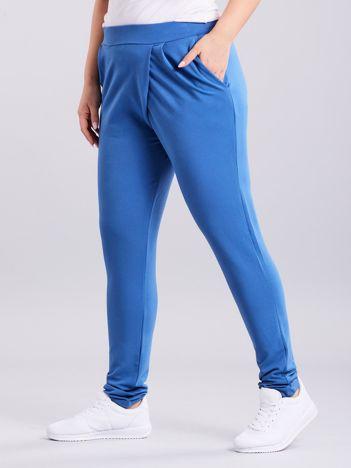 Niebieskie kopertowe spodnie dresowe z kieszeniami