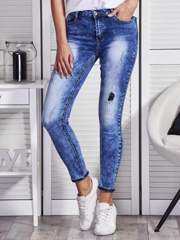 Niebieskie marmurkowe jeansy z łatami moro