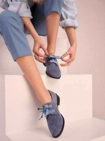 Niebieskie półbuty w kratkę z ozdobnymi sznurówkami