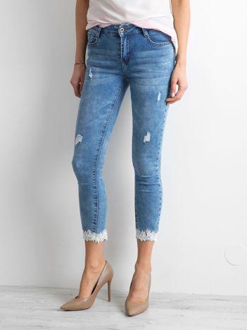 Niebieskie rurki jeansowe z aplikacją