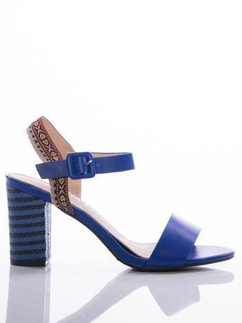 Niebieskie sandały Sabatina z kolorowymi paskami i ozdobnymi obcasami