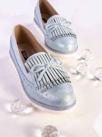 Niebieskie skórzane lordsy z zamszową wstawką z przodu buta i ozdobną kokardką, na białej podeszwie