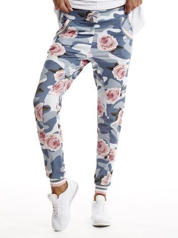 Niebieskie spodnie dresowe moro z motywem kwiatowym