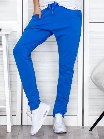 Niebieskie spodnie dresowe z błyszczącymi lampasami