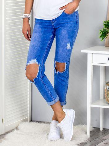 Niebieskie spodnie mom jeans z dziurami