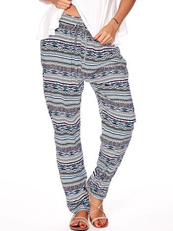 Niebieskie spodnie w kolorowe wzory