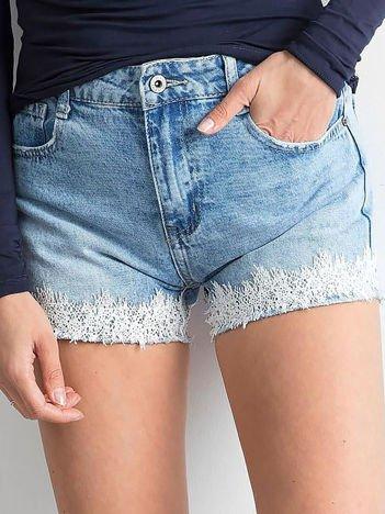 Niebieskie szorty jeansowe z aplikacją