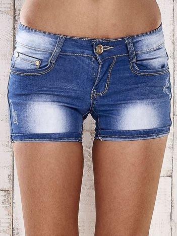 Niebieskie szorty jeansowe ze złotymi dżetami