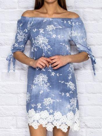 Niebiesko-biała sukienka w kwiaty z koronkowym wykończeniem