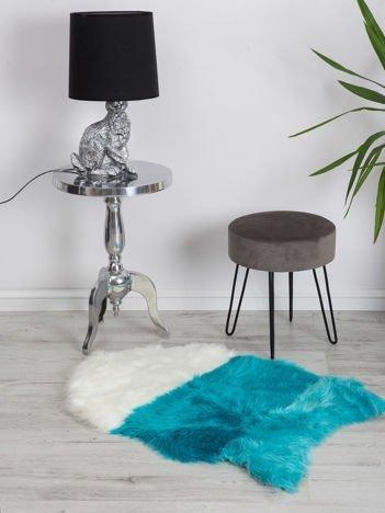 Niebiesko-biały dywan futrzany