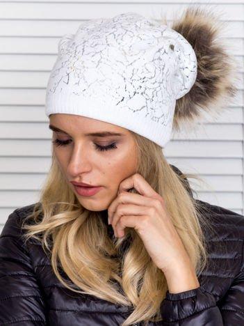 Ocieplana czapka z pomponem i srebrnym wzorem biała