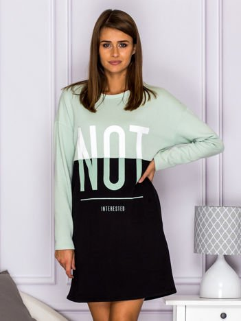 Ocieplana dresowa sukienka z napisem NOT INTERESTED zielona