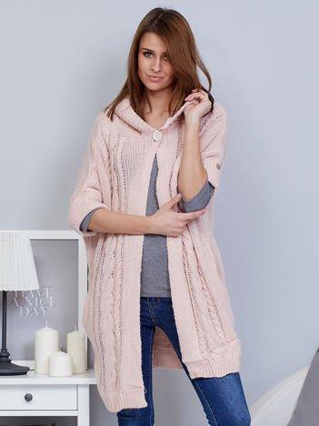 Otwarty sweter z warkoczowym wzorem i kapturem różowy