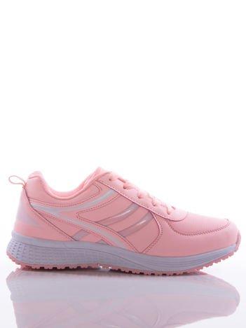Pasteloworóżowe buty sportowe na sprężystej podeszwie z białymi wstawkami