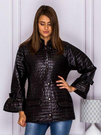Pikowana przejściowa kurtka z kokardami na rękawach czarna