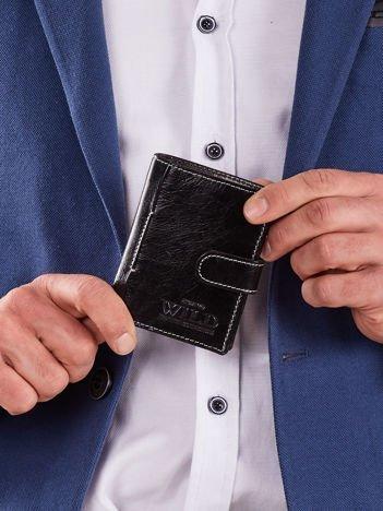 Pionowy czarny portfel z klapką