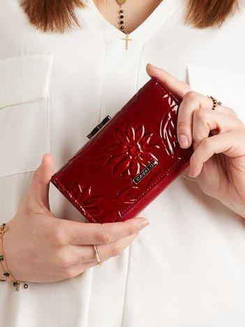 Podłużny portfel w kwiaty ciemnoczerwony