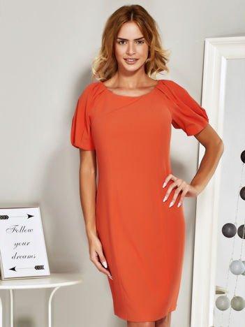 Pomarańczowa sukienka koktajlowa z drapowaniem na rękawach