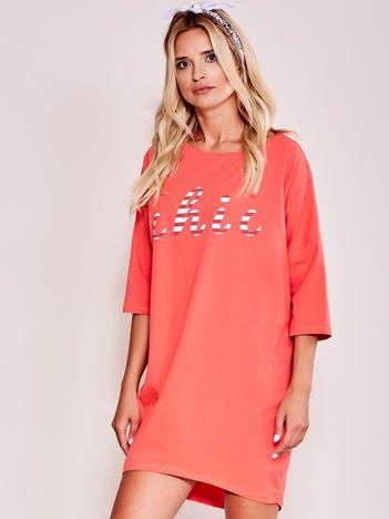 Pomarańczowa sukienka oversize z napisem