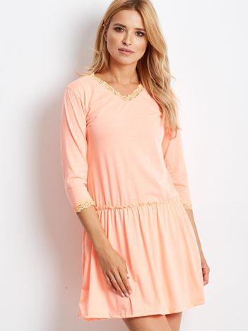 Pomarańczowa sukienka z koronką przy dekolcie