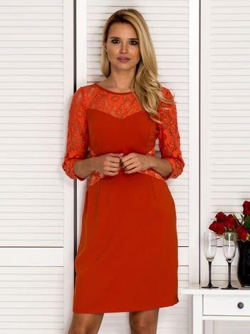 Pomarańczowa sukienka z koronkowymi rękawami