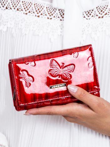 Portfel damski czerwony lakierowany w motyle