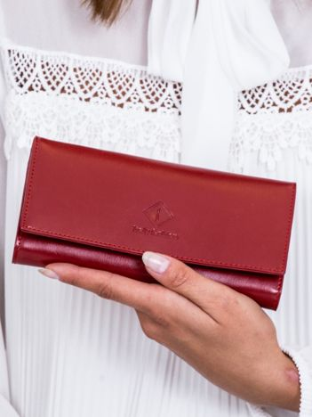 Portfel damski czerwony z tłoczonym emblematem