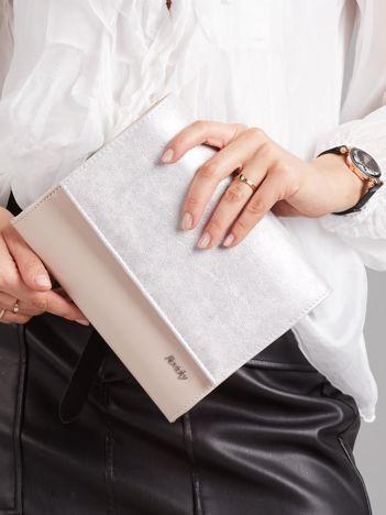 Pudroworóżowa kopertówka z brokatową klapką