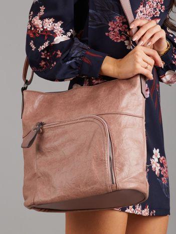 Pudroworóżowa torba z asymetryczną kieszenią