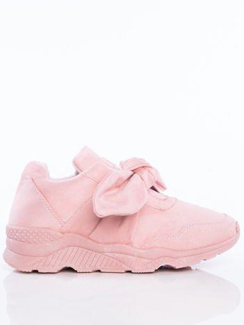 Pudroworóżowe  buty sportowe z zamszu na sprężystej podeszwie z ozdobną kokardką na przodzie
