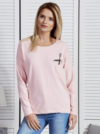 Różowa bluzka z biżuteryjnymi nożyczkami