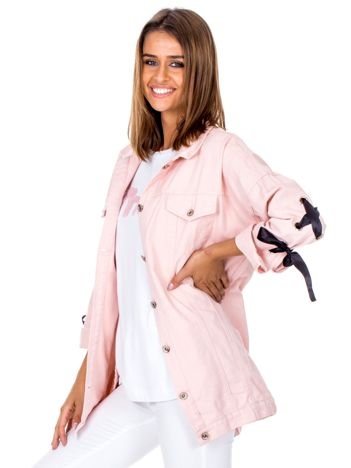 Różowa jeansowa kurtka ze sznurowaniem na rękawach