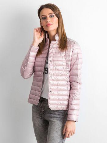 Różowa perłowa kurtka pikowana na napy
