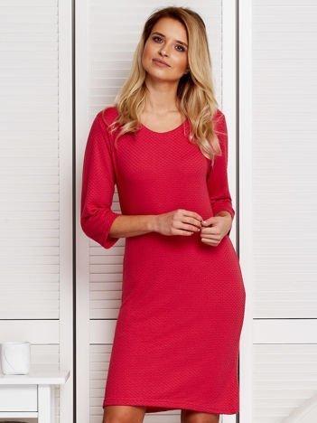 Różowa sukienka w tłoczony wzór