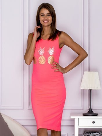 Różowa sukienka z ananasami