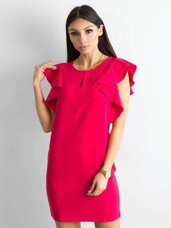 Różowa sukienka z falbanami na ramionach