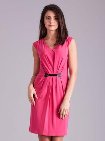 Różowa sukienka z ozdobnym drapowaniem