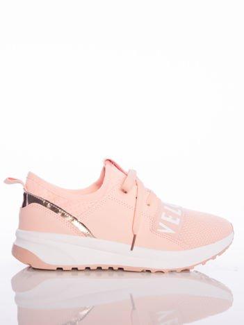 Różowe buty sportowe Rue Paris z ażurowymi wstawkami na przodzie i napisami